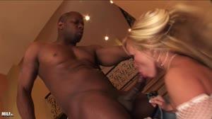 Geile Moeders - Hete blonde sexbom wil hard geneukt worden door een grote zwarte lul