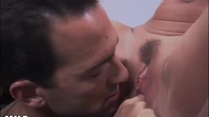 Geile Moeders - Secretaresse wordt op haar bureau anaal geneukt