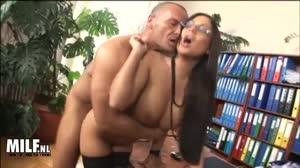Milf - Geile secretaresse laat zich onder werktijd anaal afpalen