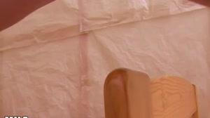Geile Moeders - Blonde milf masturbeert met een hele grote dildo
